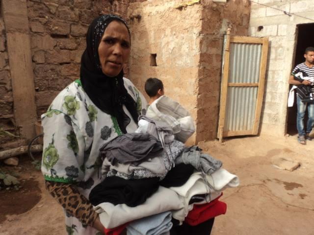 don de vêtements à une femme
